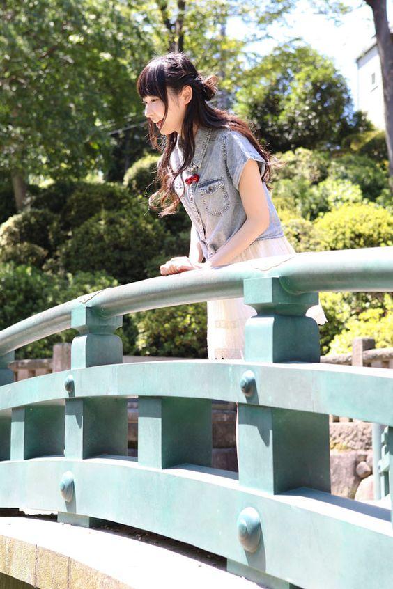 橋の上で可愛い笑顔の山下七海