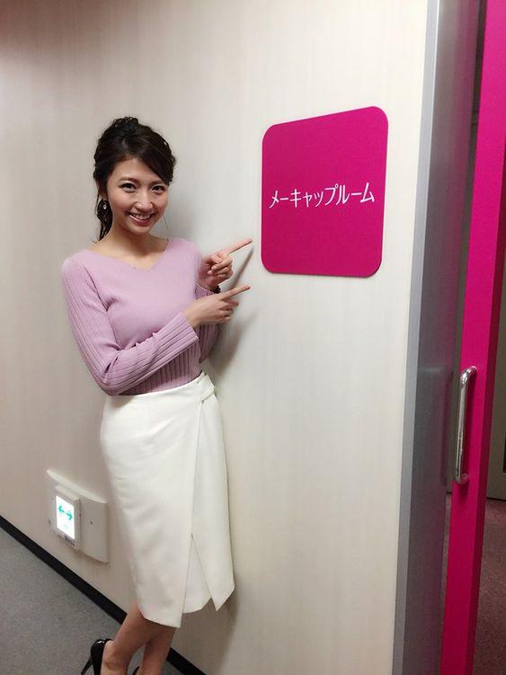 「フジテレビ×モデルプレス」女性アナウンサー連載でメーキャップルームの前にいる三田友梨佳アナの画像