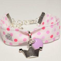 Bracelet enfant fillette tissu blanc à pois rose couronne de princesse sequin émaillé mauve