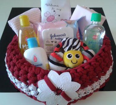 Realizada a mano, esta cesta incluye productos para el baño, tres bodies de bebé y un simpático muñeco en forma de flor...  http://www.mibabyclub.com/tienda/cestas/cesta-para-ni-a.html