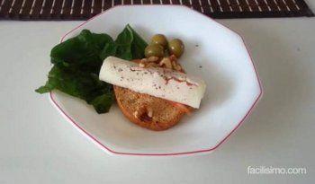 Recetas fáciles para invitar: tosta de salmón, queso y nueces