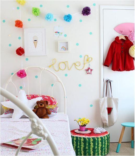 preciosa idea de decoracin habitacin infantil nia con topos de vinilo azules https