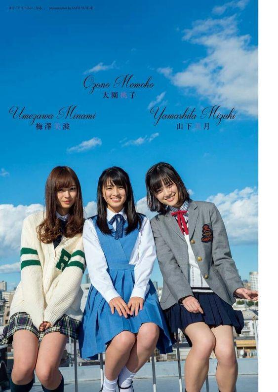 メンバーと手すりに座っているカーディガンを着た梅澤美波の画像