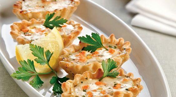 Ingredienti: per la brisèe: 300 gr di farina 00120 gr di burro1 uovoper il ripieno:1 conf di salmone affumicato½ lt di latte50 gr di burro60 gr di farina1 cucchiaio di prezzemolo tritato1 cucchiaio di erba cipollina tritatala buccia di ½ limonesale e pepeImpastare la pasta brisèe con la farina il burro e l'uovo, se risultasse…
