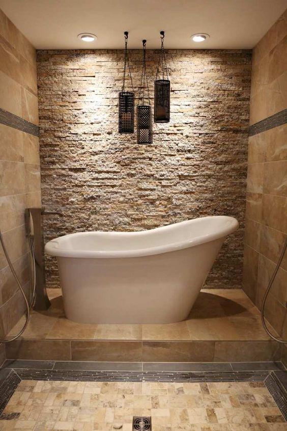 Fesselnd Freistehende Badewanne Und Daneben Wand Mit Natürlichem Kalkstein Verkleidet