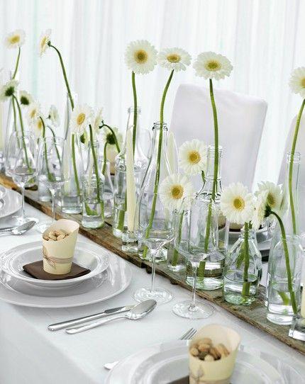 Tischdekoration mit unterschiedlichen Vasenhöhen und weißen Gerbera – white, green and brown wedding table centerpiece with daisies – www.weddingstyle.de