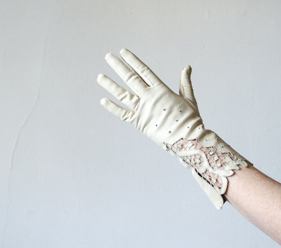 Hey, I found this really awesome Etsy listing at https://www.etsy.com/pt/listing/264644100/1950s-vintage-gloves-cream-kidskin