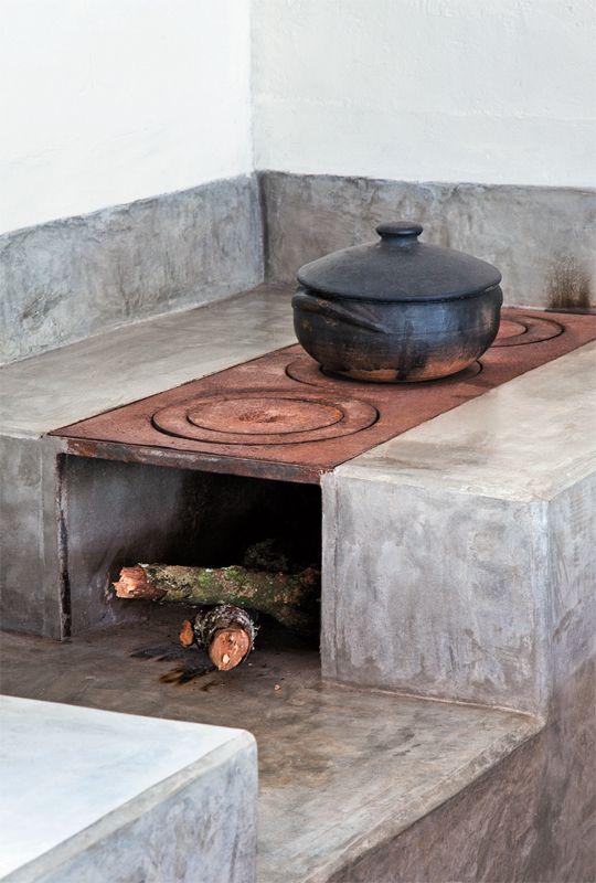 A bancada da pia e o revestimento do fogão a lenha foram moldados na obra com cimento estrutural e impermeabilizados depois de prontos com três demãos de resina à base de água. Nas paredes, o emboço rústico recebeu acabamento de tinta acrílica.