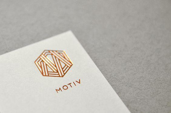 Bei dem Branding für dasDesign- und Architekturstudio MOTIV aus Danzig wurde nicht gegeizt. Um einen hochwertigen und exklusiven Look zu erzielen, setzte man komplett aufeine Metall-Optik. Das polnischeNegation Studioließ die Visitenkarten deshalb mit
