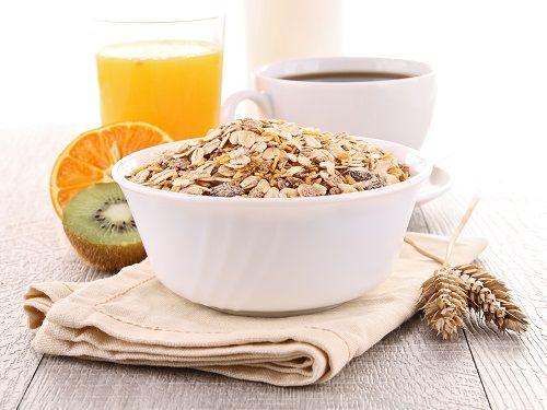 Uma das estratégias mais eficientes para perder peso é começar o dia comendo bem. Isso porque os alimentos despertam o corpo e o metabolismo,