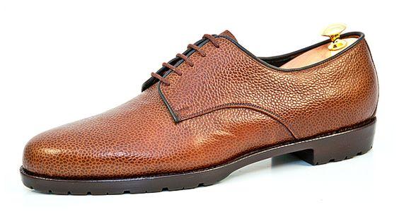 Derby: Der Ursprung des Modells stammt wahrscheinlich von einem Schuhmacher aus dem englischen Ort Derby. Er soll auf Wunsch von Reitern nach einem Schnürschuh mit leichtem Einschlupf die offene Schnürung erfunden haben. Dank seines leichten Einstiegs ist der Derby ideal für breite Füße mit einem hohen Spann | Vickermann & Stoya Maßschuhe - Schuhmacher, Schuhreparaturen, Schuhmanufaktur