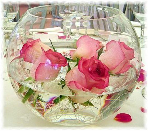 decoration florale pour mariage. idee avec un boule en verre