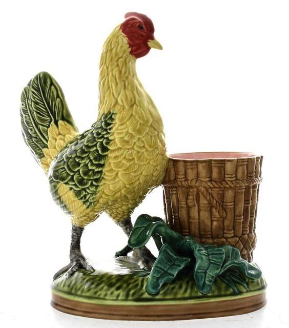 Lote 3343 - Galinha com cesto em cerâmica Majólica, marcada na base, policromada, com 30 cm de altura - Current price: €1