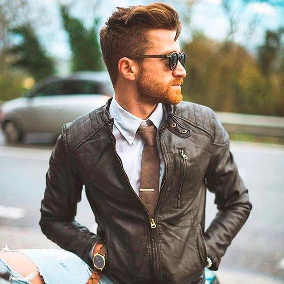 A temperatura caiu e você vai usar um look social... Que tal trocar o blazer padrão por uma jaqueta de couro?