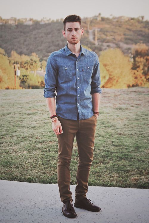 2e4136ea7a2c1 Cualquier pantalón de color combina perfectamente con una camisa de denim o  jean.