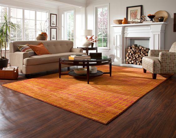 ダークブラウンの床 オレンジ ラグ コーディネート例