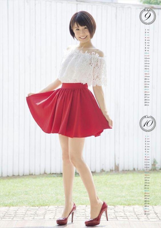 赤色スカートの小林麻耶