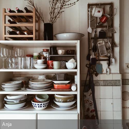 Der Schrank stand früher in meinem Jugendzimmer. Für die Küche habe ich ihn weiß lackiert und mit neuen Griffen versehen, damit er nicht mehr nach 1990…