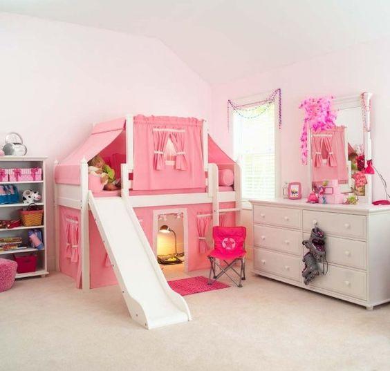Un lit toboggan dans une chambre de petite fille