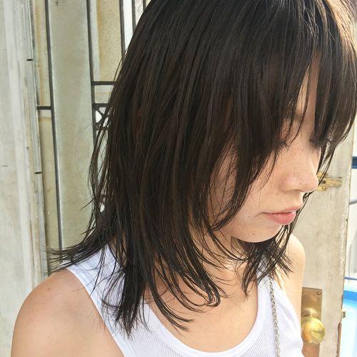 ストレートにセットした前髪ありのウルフ風ミディアムレイヤーヘアスタイル ロブヘアスタイル ミディアム ヘアカラー 髪型