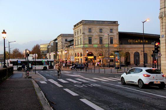 Площадь и остановка Stalingrad в Бордо