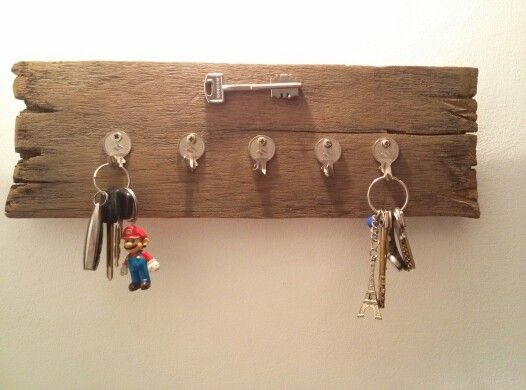 Colgador de llaves con madera y llaves recicladas reciclaje my style pinterest - Reciclaje de la madera ...
