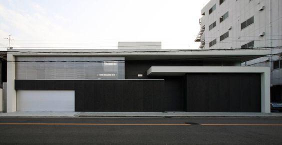 Dieser moderne Flachdachbau wirkt nach außen hin…