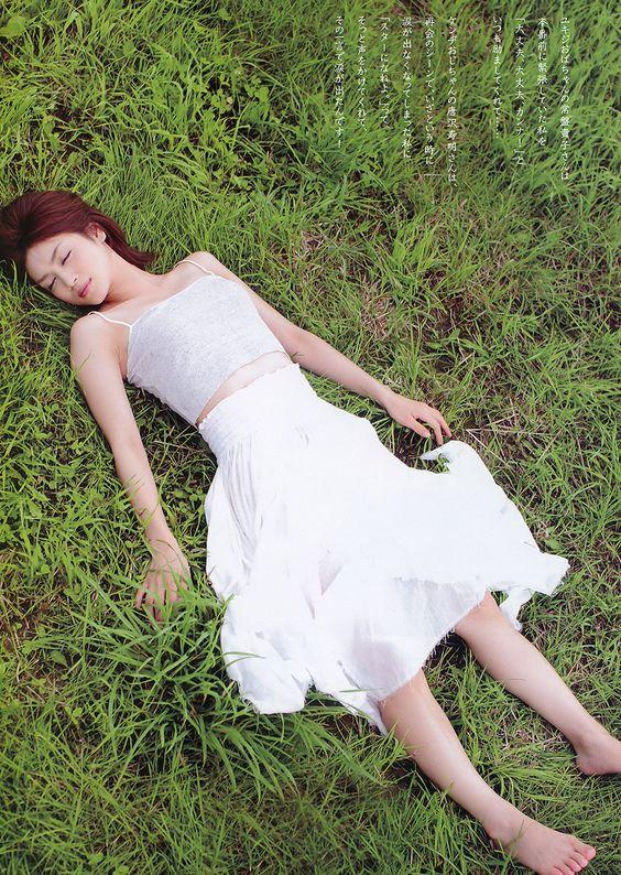 平愛梨草原に横になるワンピースのグラビア