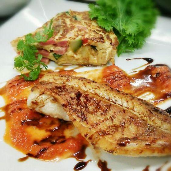 今日は、オムレツも添えてボリュームたっぷりです。柔かな味のトマトクリームソースと、シャープなバルサミコソースで、一粒で2度美味しいって感じです(笑) - 74件のもぐもぐ - 今日は、ちょっぴり原色系で♪白身魚のポワレ・トマトクリームソースとバルサミコソース~オムレツ添え~ by samzsr400kai