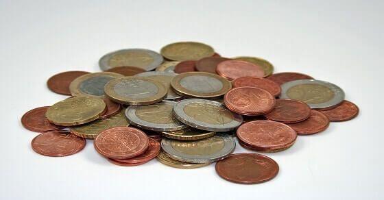 Es sind so viele Euro Münzen in Umsatz und die meisten unter denen sind entweder Ein Euro Cent oder Zwei Euro Cent. Wenn du außer sie auszugeben, etwas anderes mit
