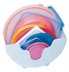 As tampas dos potes plásticos devem ser guardadas separadamente. Existem ótimos organizadores para guardar as tampas, e assim facilitar sua vida na hora de localizar. Você pode utilizar um pote maior e dispor todas as tampas no mesmo lugar.