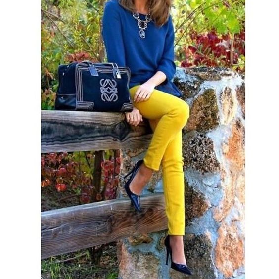 BOM DIA!!!!! O dia amanheceu cinzento e você queria sol? Seja o sol! Brilhe!!! Obs: a calça amarela já ajuda a se sentir o sol! 😂😂😂😂😂😂😂. Vamos Lindas!!!! #execudivas #vamoslindas #trabalho #work #ootd #woman
