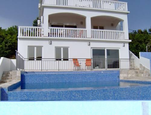 Vila Nada Bigovo Situated in Bigovo, this air-conditioned villa features a terrace. It provides free private parking. Free WiFi is provided throughout the property.  The kitchen comes with a dishwasher, an oven and a microwave, as well as a kettle.