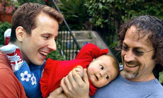 Zwei Väter, keine Mutter: In der Schweiz dürfen gleichgeschlechtliche Paare, die in einer eingetrage- nen Partnerschaft leben, keine Kinder adoptieren. Die Forschung setzt Fragezeichen hinter das Verbot.