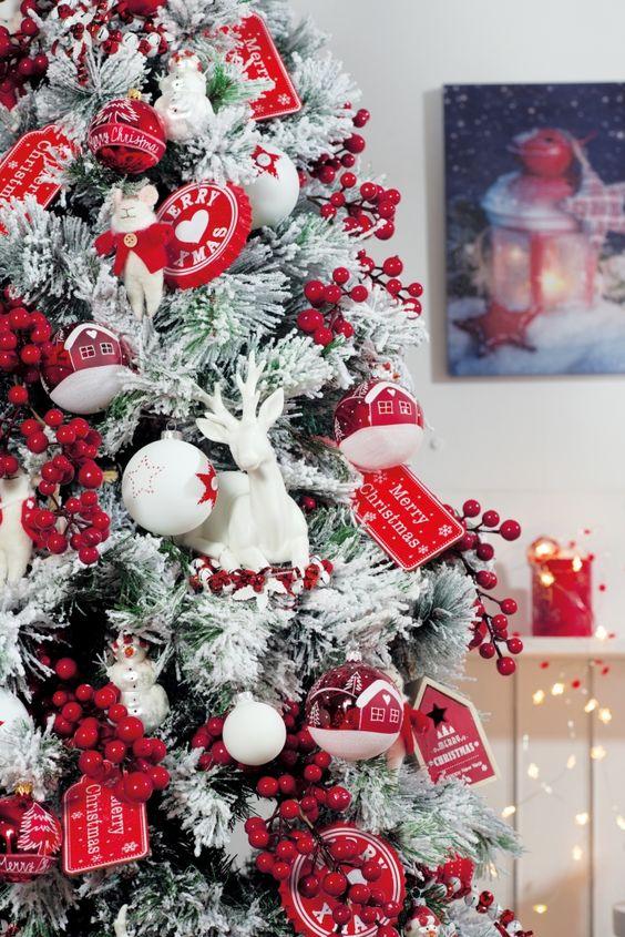 Un albero di natale con decorazioni rosse e bianche for Viridea catalogo