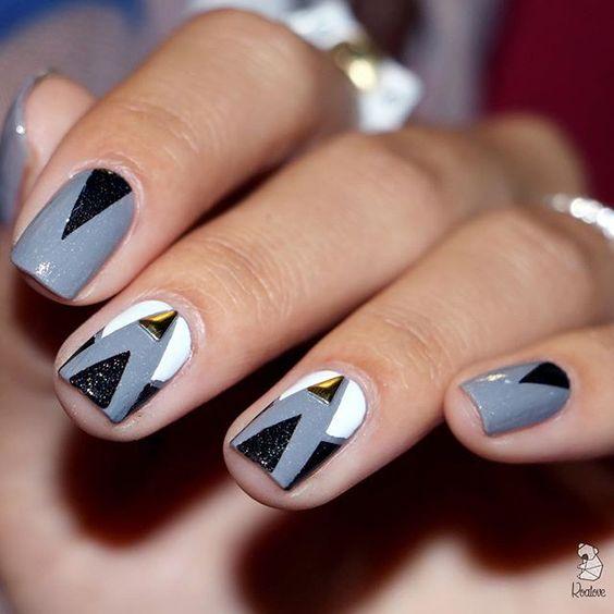 Geometric patterned nails. (by @koalove_)