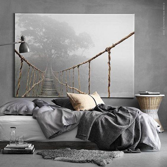 Stora drömmar! Skapa stämning i sovrummet med den överdimensionerade tavlan #PREMIÄR och en magisk scen av morgondimma. DIY-tips: För att ge sängen en mer rustik känsla har vi här fäst och betsat en enkel brädsockel direkt på utsidan av benen – snyggt, snabbt och enkelt.
