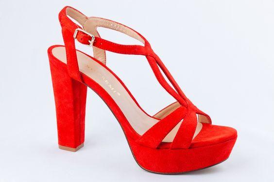 Sandalia roja.