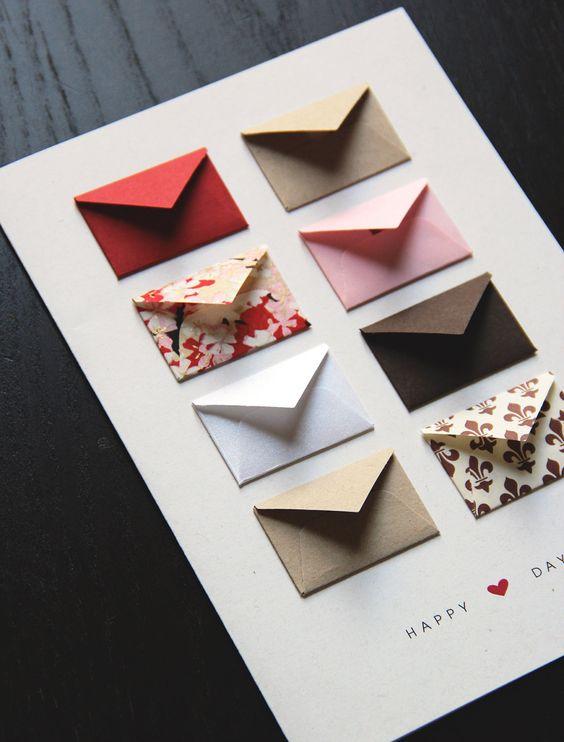 Een witte kaart met acht kleine envelopjes van hetzelfde formaat, in allerlei leuke kleurtjes.