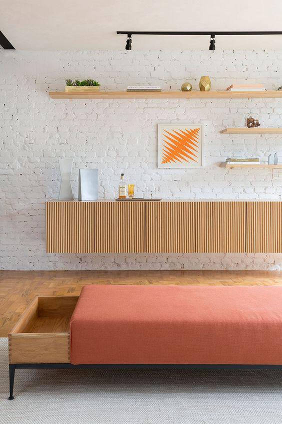 Decoração de casa aconchegante e clean. Parede de tijolinho branco, prateleira de madeira com adorno, quadro, banco.  #decoracao #decor #details #casadevalentina