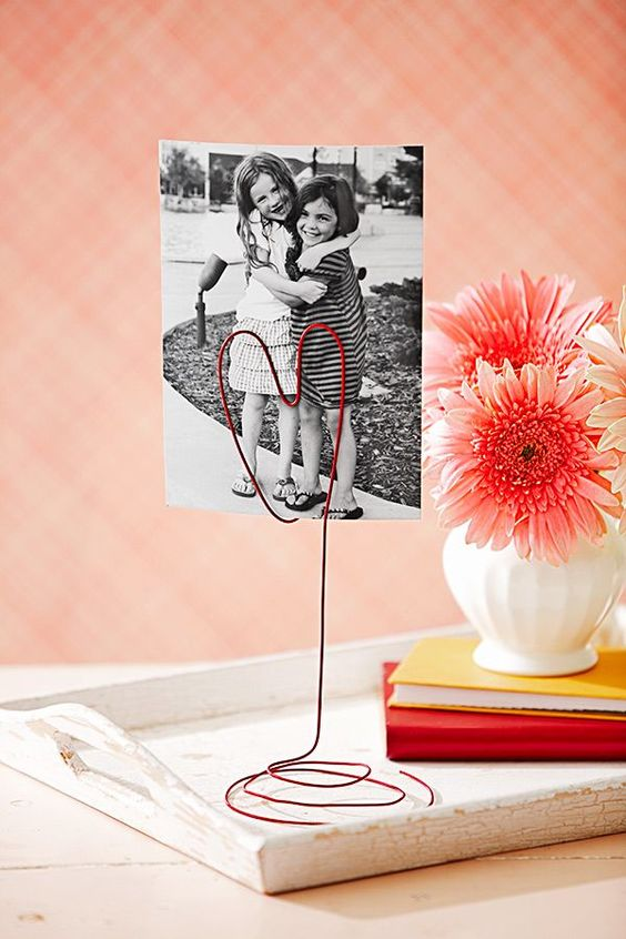 un porte photo DIY original et rouge en fil métallique: