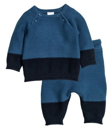 Dark blue. BABY EXCLUSIVE/CONSCIOUS. Set with garter-stitched sweater and pants in soft organic cotton. Sweater with buttons at top, long raglan sleeves,