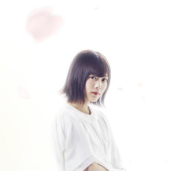 白い洋服の尾関梨香
