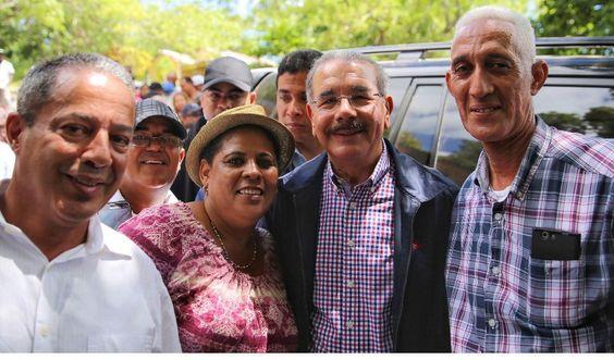Presidente Medina va en auxilio de caficultores de Guayubín; instruye reforestar