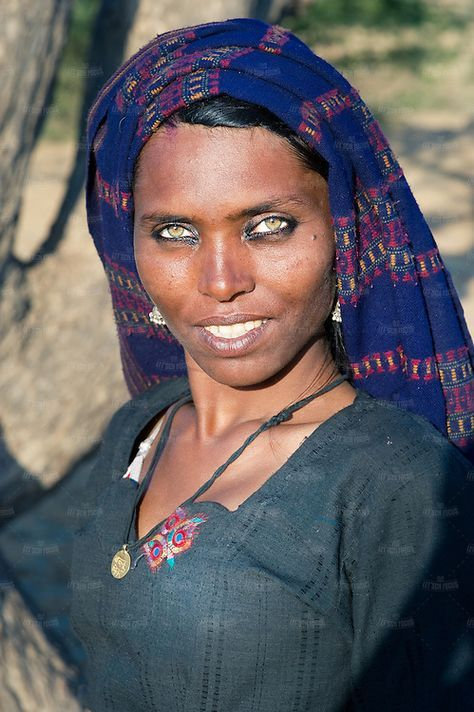 Hindistan Rajasthan (Thar Çölü) bir kadından yakın çekim, portre.  Aslen müzisyen olan Bhopa kabilesinin bir üyesi.