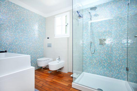 Een betonverf voor de tegels in uw douche zorgen ervoor dat de muur makkelijk schoon te maken is - Italiaanse douche mosai dat ...