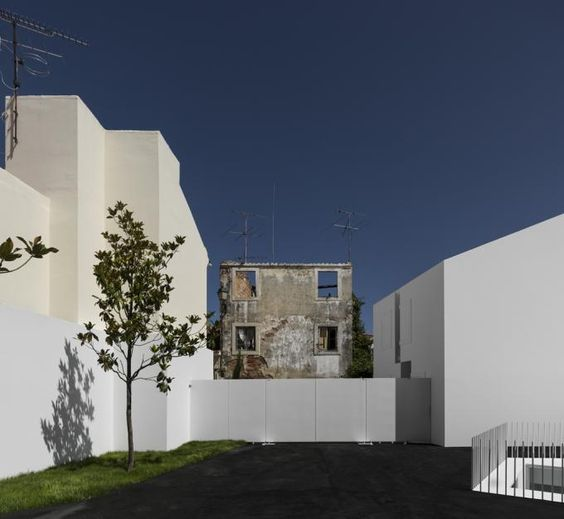 Courtyard of House in Alcobaça by Aires Mateus. Photography © Fernando Guerra | FG+SG. Click above to see larger image.