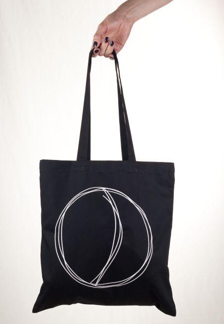 Jutebeutel in schwarz, mit Stickerei; Fashion: House of Wolf, Photography: Gordon Nehmeyer, Retouch: Stephanie Wolf
