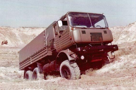 ...dieser Prototyp von 1976 aus Ludwigsfelde, mit drei Achsen, Allradantrieb,...