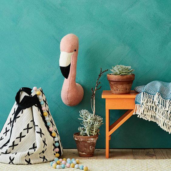 Holen Sie sich den Zoo nach Hause und regen Sie die Fantasie der Kleinen an. Aus natürlichem Wollfilz sorgfältig von Hand verarbeitet, zaubert unsere Dekoration Singoli Kindern ein Lächeln aufs Gesicht. Im kinderfreundlichen Design besitzt der Flamingo eine Wandbefestigung auf der Rückseite.